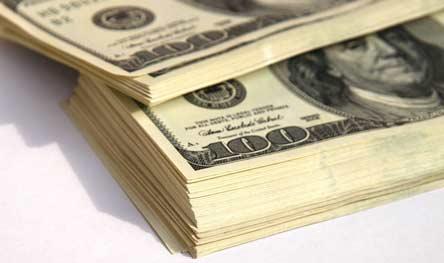 Dólar sube constantemente, y expertos dicen que se mantendrá alto